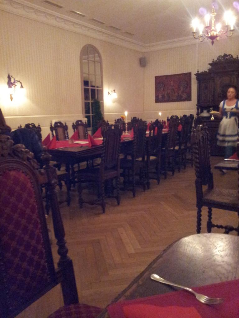 """Noch ist der große Saal im """"Königlich Bayrischen Amtsgericht"""" leer. Das sollte sich drastisch ändern. Der Ausstellerstammtisch am Freitagabend war ein voller Erfolg."""